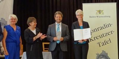 Ministerin ehrt den Sängerbund Oggenhausen mit der Conradin-Kreutzer-Tafel.